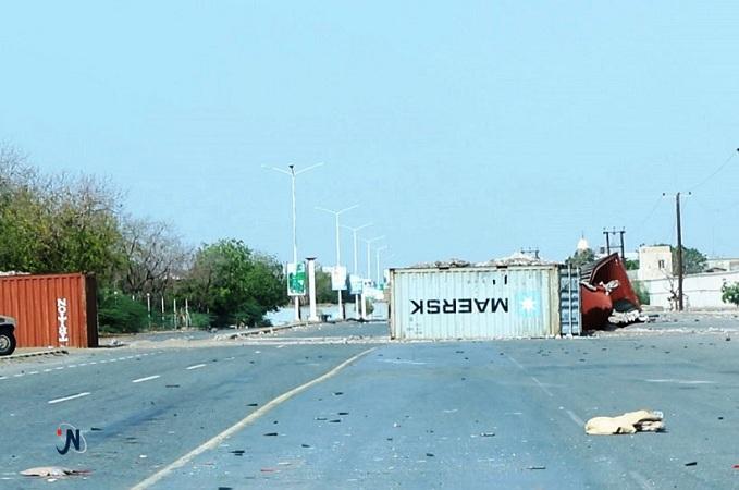 قطع شارع الميناء بحاوية كبيرة.. ونفق جديد يستكمل تطويق مدينة الحديدة